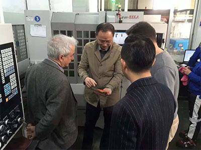 丰源领导在给巴西WEG领导热情的介绍着我们的产品.jpg